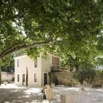 Terrasse ombragée du Mas Merlet à Nîmes